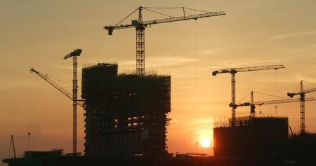 Sitio de construcción al atardecer
