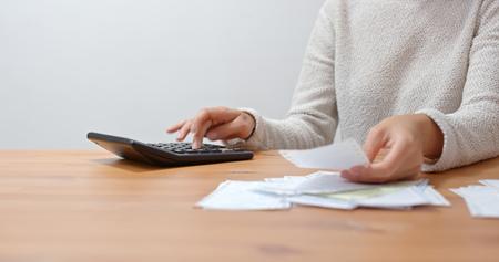 Hausfrau berechnet die Ausgaben zu Hause Standard-Bild