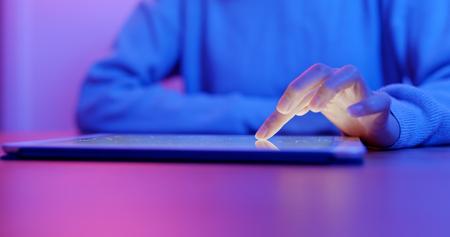 Frauengebrauch des Tablet-Computers zu Hause