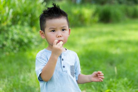 Petit enfant mangeant une collation Banque d'images