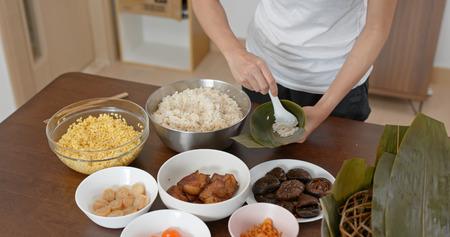 Woman make of rice dumpling at home Stockfoto