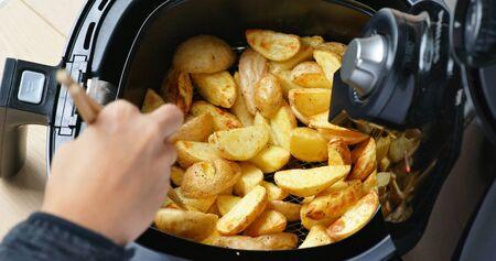 Patate grigliate fatte in casa in friggitrice ad aria Archivio Fotografico