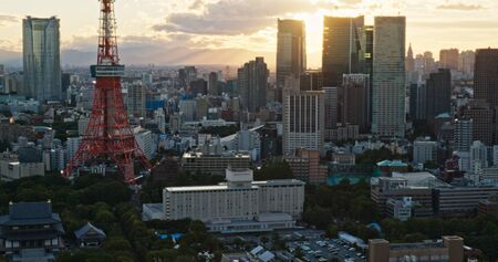 Tokio, Japón, 26 de junio de 2019: la ciudad de Tokio al atardecer