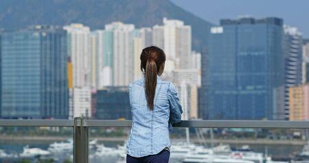 Woman look at the city view in Hong Kong 免版税图像