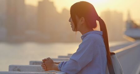 Woman look at the city in sunset 免版税图像