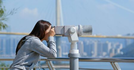 Tourist look at the binocular for seeing the view in Hong Kong Banque d'images
