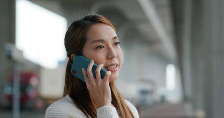 Asian woman call on cellphone 免版税图像