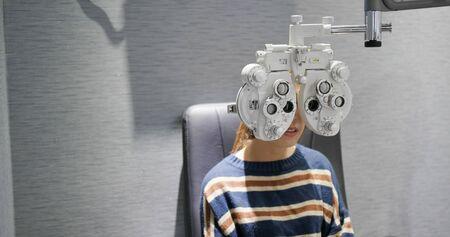 Woman checks her eyes 版權商用圖片
