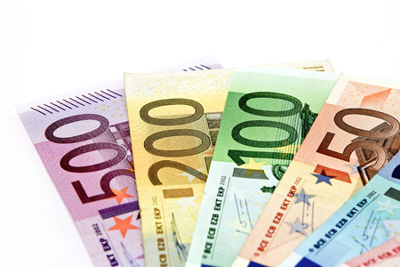 Different euro bills are spread out on a table in the form of a Geldfchers.