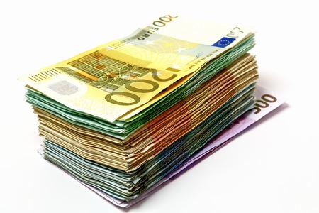 別のユーロ紙幣はお金のスタックの形でテーブルの上に広がっています。 写真素材