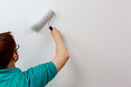 Man paints wall in white, close up Standard-Bild - 122184870