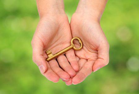antique woman: Manos sosteniendo una clave  Foto de archivo