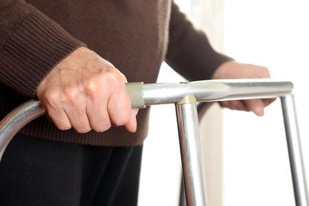 disability insurance: Paziente utilizzando un deambulatore Archivio Fotografico