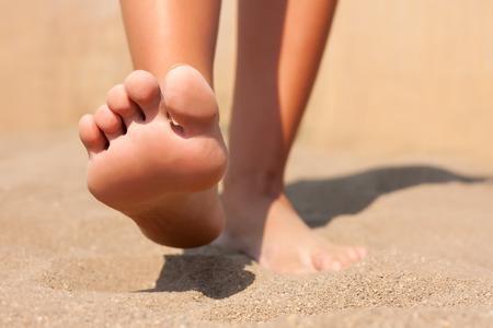 pies: Pies del primer en la playa de verano Foto de archivo