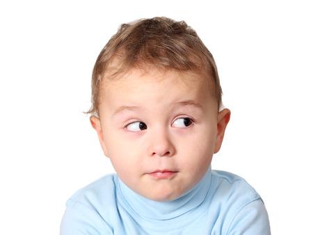niños riendose: Bebé lindo que mira su producto Foto de archivo