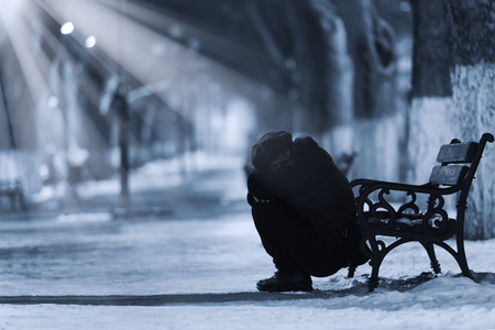 depresión: Mujer deprimida frente a un banco Foto de archivo
