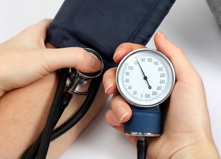 high: La medici?n de la presi?n arterial m?dico de un paciente Foto de archivo