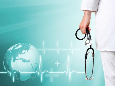 医療の緑の背景を持つ医師