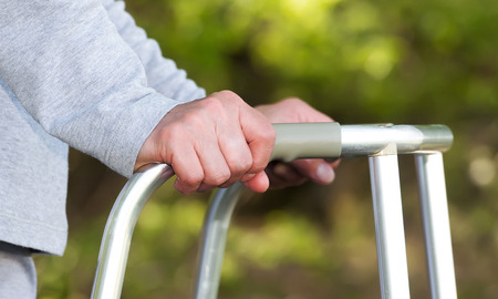 marcheur: Senior femme utilisant un déambulateur