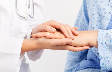 先輩の手を握ってください。