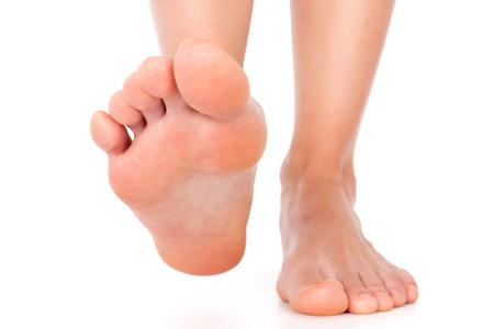 pies descalzos: Pie stepping aislado en blanco