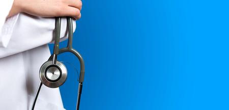 ヘルスケア: 聴診器で青い背景の医療医師