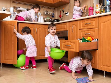 小さな女の子が台所で遊んで