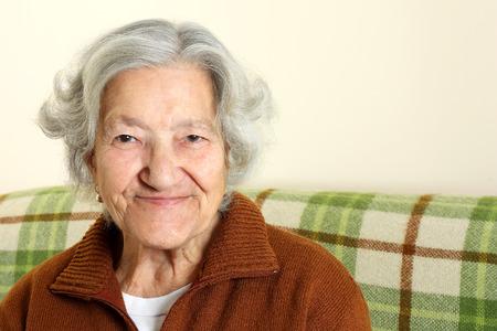 adulto mayor feliz: Retrato de una mujer mayor feliz Foto de archivo