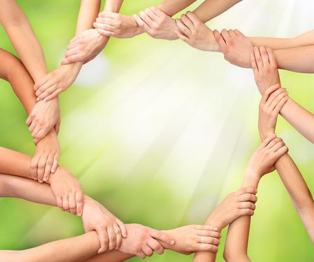 Anneau des mains le travail d'équipe dans la nature