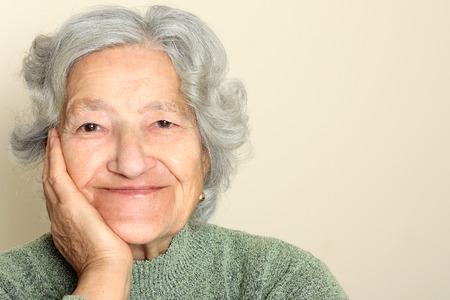 mujer alegre: Retrato mayor de la señora