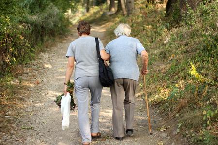 ancianos caminando: Mayores en el parque Foto de archivo
