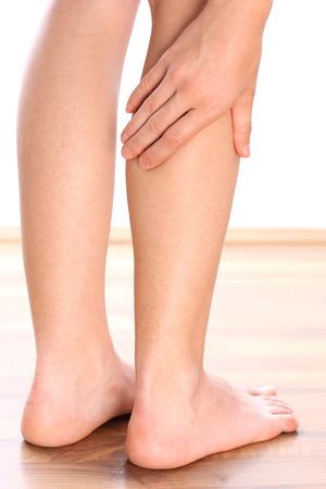piedi nudi di bambine: Donna gamba tiene