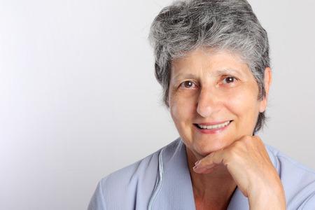 ancianos felices: Retrato de sonriente mujer Senior