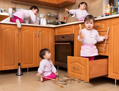 jugando: Activo niño jugando en la cocina