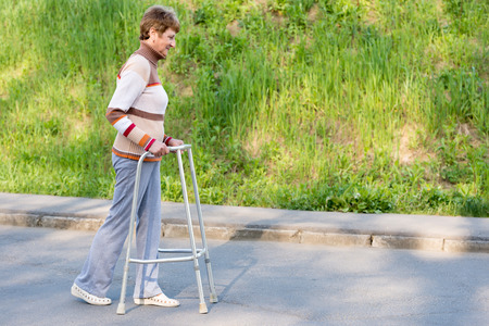 Senior woman using a walker Standard-Bild