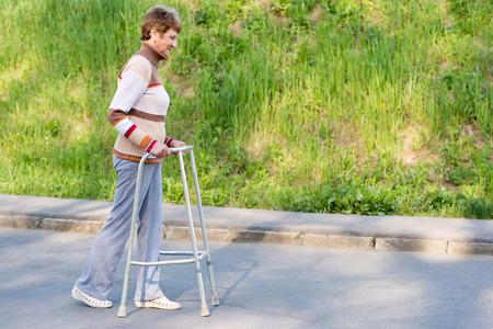 年配の女性が歩行器を使用 写真素材