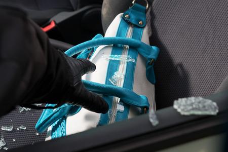 robo de autos: Valiosos objetos personales dejados en el asiento delantero son presa fácil para los ladrones. Foto de archivo
