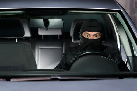 robo de autos: Ladrón Emocionado alejarse con el coche robado.