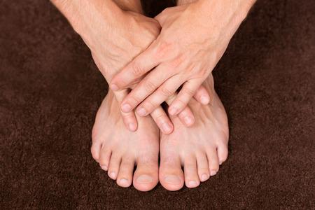 mani incrociate: Maschio mani incrociate sul piedini di appoggio sani.