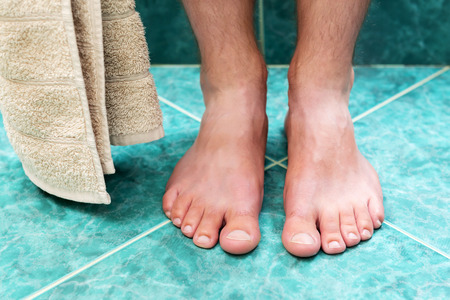 pies masculinos: Par de pies masculinos limpias y sin ninguna enfermedad.