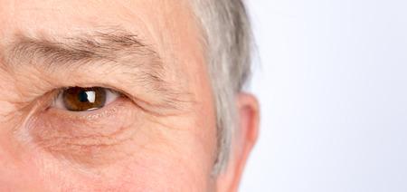 年配の男性の目にクローズ アップ。水平方向の写真