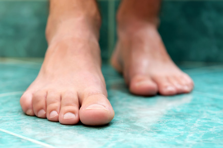 foot fungus: Clean male toes without any dermatological issues.