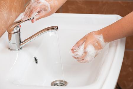 lavandose las manos: Las manos lavan de la mujer. Manos de limpieza. Higiene