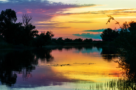 Hermosa puesta de sol en el delta del Danubio