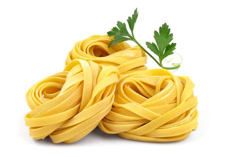 Italiaans gerold verse fettuccine pasta met bloem en peterselie op een witte achtergrond.