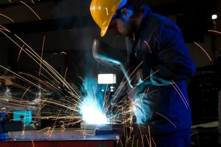 soldador: Trabajador que se produzcan chispas, mientras que la soldadura de acero aislados Foto de archivo