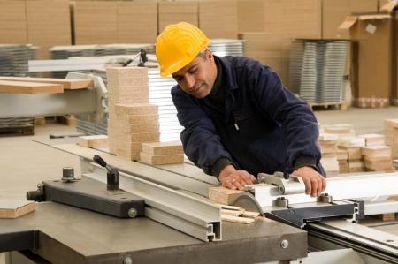 Carpenter snijden hout op elektrische zaag, focus ligt op het blad van het gereedschap