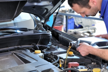 mecanico: Mec�nico de cambio de aceite movimiento borroso Foto de archivo