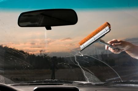 cleaning car: Parabrisas lavado