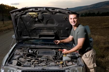 成人男性のジャンパー ケーブルを使用して、車のバッテリーを開始するには
